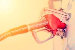 Заполнять автомобиль с топливом Бензин нефти нагнетая на бензоколонке Закройте вверх по тонизированному изображению стоковое фото