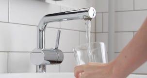 Заполняя стекло основ воды, питьевой воды сток-видео