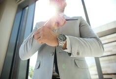 Запонки для манжет отладки бизнесмена его костюм Стоковое Фото