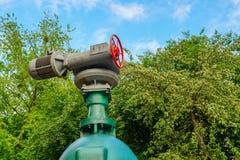 Запорные заслонки и насос, трубопровод воды, цепь жары стоковые изображения