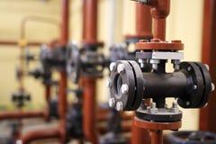 Запорные заслонки и трубопровод воды на промышленном предприятии стоковое изображение