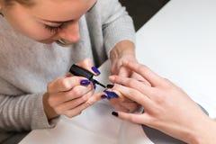 Заполированность геля заволакивания ногтя процесса маникюра шага Стоковое Фото