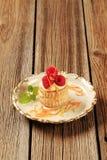 Заполненная заварным кремом раковина печенья слойки с полениками Стоковые Фото