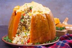 Заполненная тыква с мясом, рисом, грибами, перцем и тимианом Стоковые Изображения