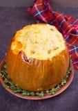 Заполненная тыква с мясом, рисом, грибами, перцем и тимианом Стоковые Фотографии RF