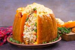 Заполненная тыква с мясом, рисом, грибами, перцем и тимианом Стоковая Фотография