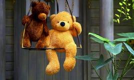 Заполненные игрушки 2 плюшевого медвежонка на качании Стоковые Изображения