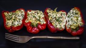 Заполненные красные перцы в черной плите Стоковое Фото