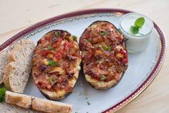 Заполненные половины баклажана с перцем и сыром лука томата сладостным Стоковое фото RF