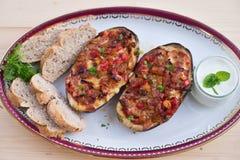 Заполненные половины баклажана с перцем и сыром лука томата сладостным Стоковое Изображение RF