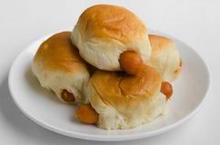 Заполненные плюшки сосиски в белой плите Стоковая Фотография RF