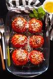 Заполненные томаты на черноте стоковое изображение