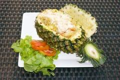 Заполненный ананас с рисом и креветками Стоковые Изображения