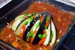 Заполненный баклажан с сыром, базиликом и томатом моццареллы перед варить Стоковое Фото