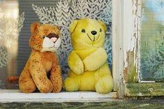 2 заполненных игрушки на окне Стоковое Фото
