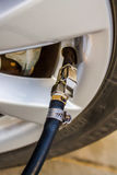 Заполните воздух в колесе автомобиля Стоковые Изображения