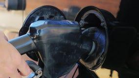 Заполнить автомобиль с нефтью Раскройте люк: раскройте крышку и введите форсунку горючего акции видеоматериалы
