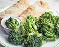 2 заполнили обручи Tortilla с стороной свежего сырцового брокколи Стоковое Изображение RF