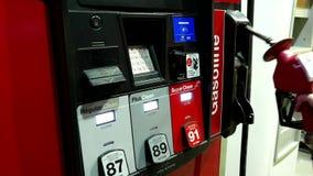 Заполнять вверх по бензобаку автомобиля с топливом сток-видео