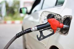 Заполняя автомобиль с бензином Стоковое Изображение RF