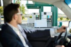 заполняя бензозаправочная колонка Стоковая Фотография RF