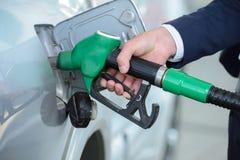 заполняя бензозаправочная колонка Стоковые Фотографии RF