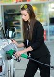 заполняя бензозаправочная колонка Стоковое Фото