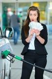 заполняя бензозаправочная колонка Стоковые Изображения