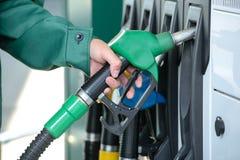 заполняя бензозаправочная колонка Стоковая Фотография