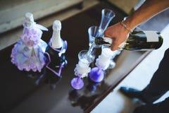 Заполняя стекла с Шампанью Стоковое Изображение
