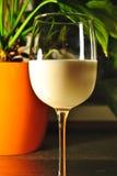 заполняя стеклянная таблица процесса молока Стоковые Фотографии RF