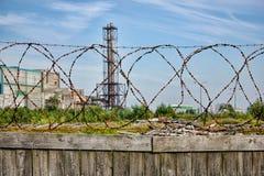 Запретный зона - деревянная загородка с колючей проволокой, засаживает на заднем плане стоковое фото