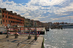 Запретный зона с красной и белой предупреждающей лентой в Венеции, Италии Стоковое Изображение