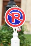Запрет дорожного знака на автостоянке отсутствие стоянкы автомобилей Стоковая Фотография RF