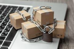 Запрет на покупке товаров в онлайн магазинах Коробки с товарами созданы программу-оболочку с цепным и заперты Задержание пакета н стоковые изображения