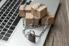 Запрет на покупке товаров в онлайн магазинах Коробки с товарами созданы программу-оболочку с цепным и заперты Задержание пакета н стоковое фото rf