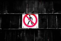 Запрет отсутствие пешеходного знака затем загородка Запрещенное figura знаков идя человека в пересеченном круге на черной предпос стоковая фотография rf
