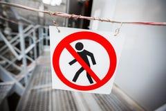 Запрет прохода Запрещен, там знак прохода никакой вход, никакой вход Закрытый проход к промышленному стоковая фотография