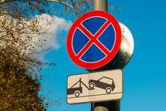 Запрещенная автостоянка дорожного знака и опорожнение корабля стоковые фотографии rf