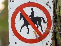 Запрещенная верховая езда запрещенная или подписывает внутри черную, белый, красный в лесе около Берлина, Германии Стоковое фото RF