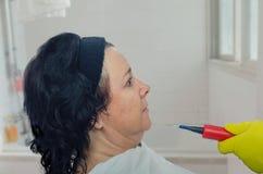 Запрещенная косметическая процедура для зрелой женщины стоковые изображения rf