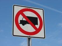 запрещенный знак перевозит фургоны на грузовиках стоковая фотография