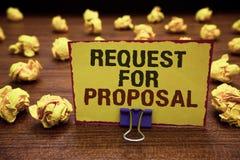 Запрос предложений сочинительства текста почерка Документ смысла концепции содержит торги ручкой агенства или компании желтой стоковые фото