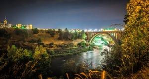 Запруда и мост улицы Монро на ноче, в Spokane, Washingto стоковая фотография rf