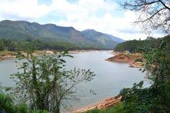 Запруда Mattupetty с холмами и растительностью, Munnar, Кералой, Индией Стоковые Фотографии RF