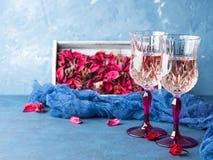 2 запрудили стекла с шампанским на сини Стоковые Фото
