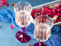 2 запрудили стекла с шампанским на сини Стоковые Изображения RF