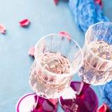 2 запрудили стекла с шампанским на сини Стоковое Изображение