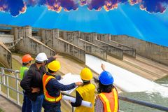 Запруды проверки инженеров для солнечной силы воды стоковые фотографии rf