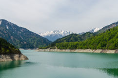 Запруда Kurobe на трассе Японии kurobe tateyama высокогорной Стоковое Изображение